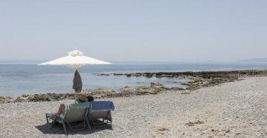 Touristen genießen den Ritsa-Strand in Kardamyli, einer Stadt am Meer fünfunddreißig Kilometer südöstlich von Kalamata, Peloponnes. Foto: Socrates Baltagiannis/dpa