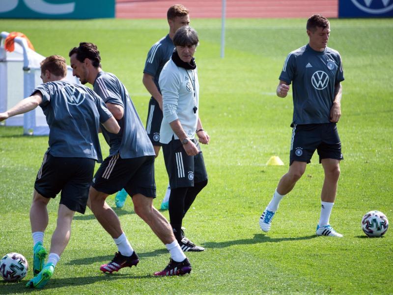 Für das DFB-Team um Bundestrainer Joachim Löw (M.) geht es um den letzten Feinschliff vor der EM. Foto: Federico Gambarini/dpa