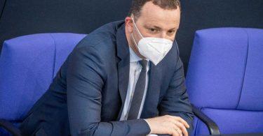 Gesundheitsminister Jens Spahn (CDU) wurde während der Debatte zur Pandemie-Notlage von der Opposition angegriffen. Foto: Michael Kappeler/dpa