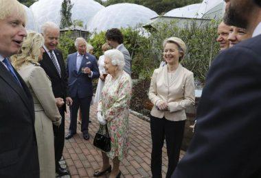 Royaler Empfang: Die G7-Vertreter treffen sich mit Queen Elizabeth II. und ihrem Sohn und Thronfolger Prinz Charles. Foto: Jack Hill/The Times Pool/AP/dpa