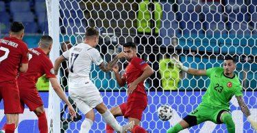 Ciro Immobile (M) sorgte mit seinem Tor zum 2:0 für die Vorentscheidung beim Auftaktsieg Italiens gegen die Türkei. Foto: Ettore Ferrari/EPA Pool/AP/dpa
