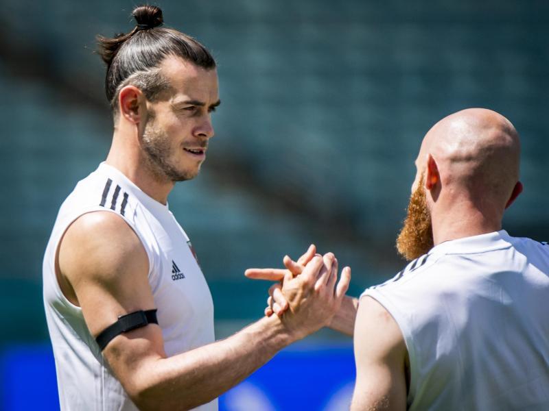 Wales-Star Gareth Bale (l) Jonny Williams sind gegen die Schweiz gefordert. Foto: Jean-Christophe Bott/KEYSTONE/dpa