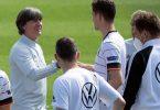 Bundestrainer Joachim Löw (l) und das DFB-Team fiebern dem WM-Auftakt gegen Frankreich entgegen. Foto: Federico Gambarini/dpa