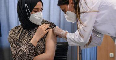 Die Impfungen zeigen weiterhin Wirkung: Die Zahl der Neuinfektionen und der Inzidenzwert sinken. Foto: Daniel Vogl/dpa