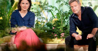 Das Spitzenduo der Grünen:Annalena Baerbock und Robert Habeck bei der Bundesdelegiertenkonferenz ihrer Partei. Foto: Kay Nietfeld/dpa