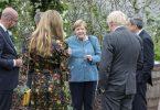 Es ist Merkels 15. Gipfel im Kreise der wichtigsten Industrienationen dieser Welt. Hier im Gespräch mit dem britischen Premierminister Boris Johnson und seiner Frau Carrie und Mario Draghi sowie Charles Michel. Foto: Jack Hill/The Times Pool/AP/dpa
