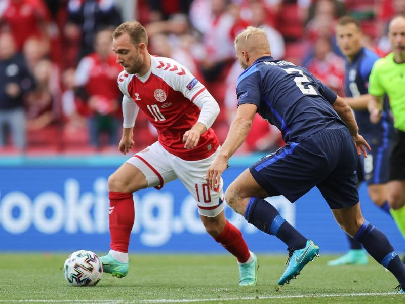Der Däne Christian Eriksen (l) brach im Spiel gegen Finnland zusammen. Foto: Friedemann Vogel/POOL EPA/AP/dpa