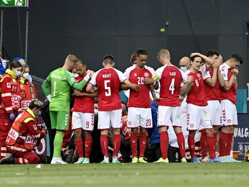 Die dänischen Spieler bilden um den kollabierten Christian Eriksen einen Kreis. Foto: Markku Ulander/Lehtikuva/dpa