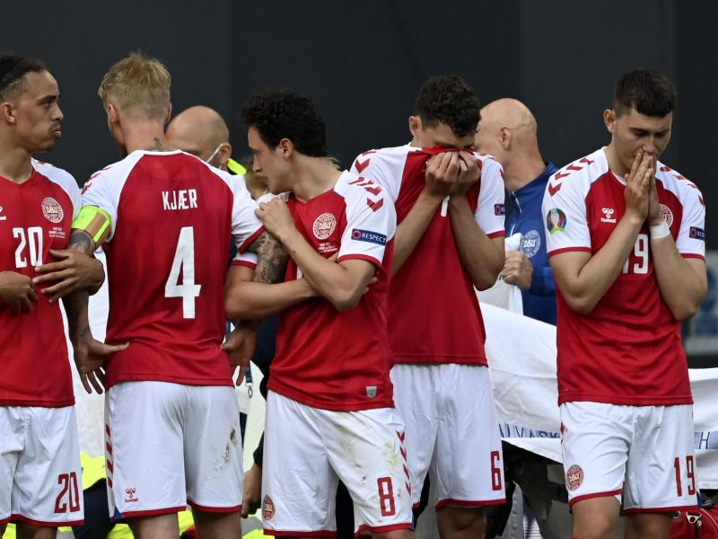 Die geschockten dänischen Spieler bildeten um den kollabierten Christian Eriksen einen Kreis. Foto: Stuart Franklin/Getty Pool/AP/dpa