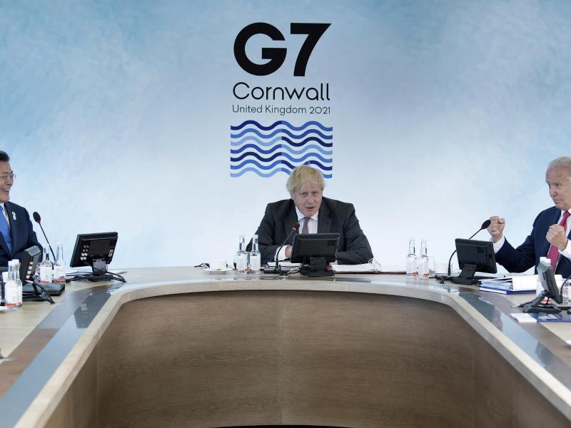 Boris Johnson leitet eine Arbeitssitzung während des G7-Gipfels. Foto: Brendan Smialowski/afp pool/AP/dpa