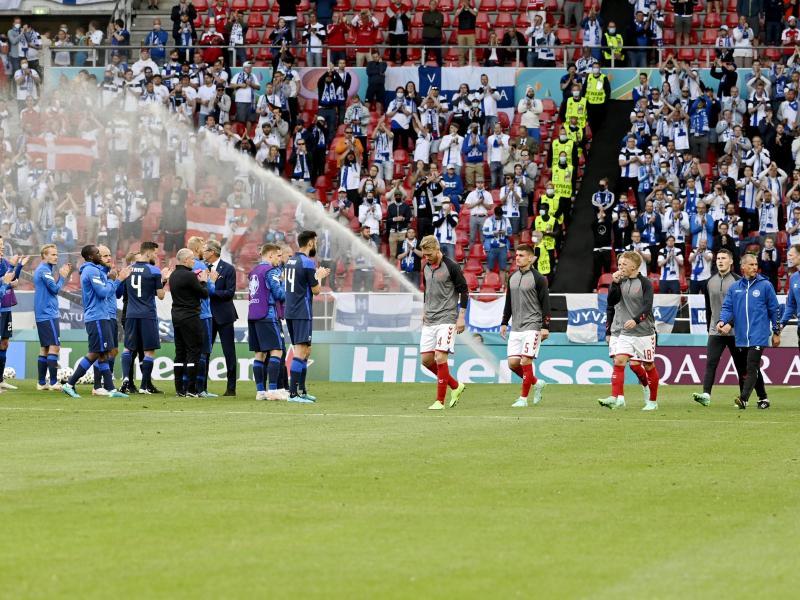 Beide Mannschaften entschlossen sich nach der ersten Entwarnung zum Weiterspielen. Foto: Markku Ulander/Lehtikuva/dpa
