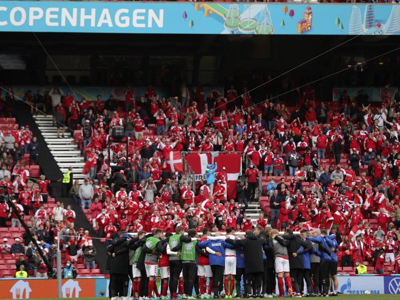 Die dänische Mannschaft schwört sich vor dem Wiederanpfiff ein. Foto: Friedemann Vogel/POOL EPA/AP/dpa