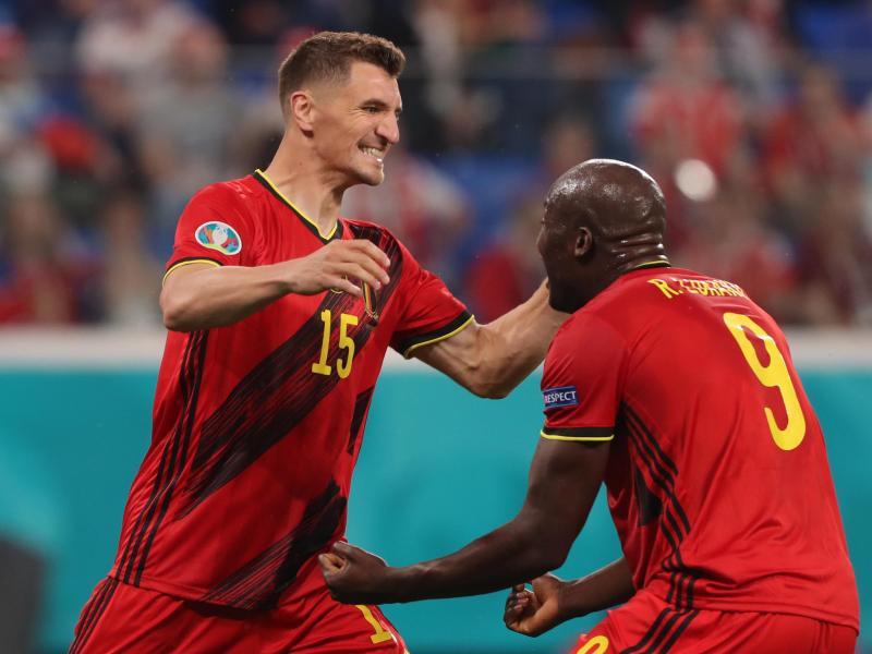 Belgien setzte sich dank Toren von Thomas Meunier (l) und Romelu Lukaku gegen Russland durch. Foto: Igor Russak/dpa