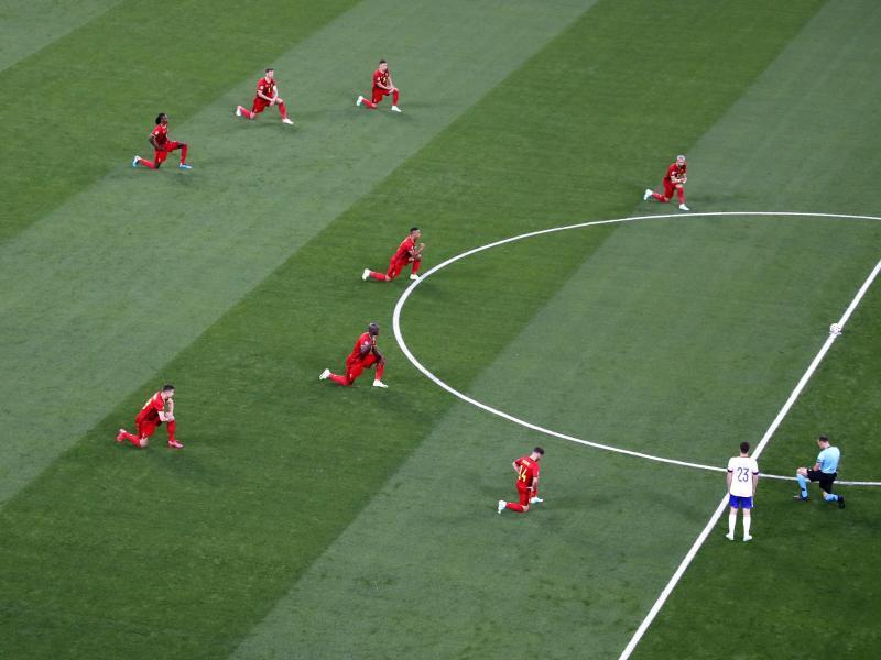 Die belgischen Spieler und der Schiedsrichter knieten vor dem Spiel gegen Russland. Foto: Dmitry Lovetsky/Reuters Pool/AP/dpa