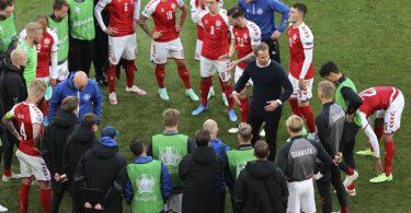 Trainer Kasper Hjulmand von Dänemark spricht während der Halbzeitpause mit seinen Spielern. Foto: Wolfgang Rattay/POOL REUTERS/AP/dpa