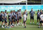 Bundestrainer Joachim Löw (M), sein Trainerteam und die Spieler stehen vor dem Training im Kreis. Foto: Christian Charisius/dpa