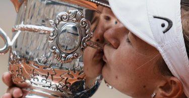 Siegerkuss: Barbora Krejcíkova feiert ihren Sieg in Paris. Foto: Thibault Camus/AP/dpa