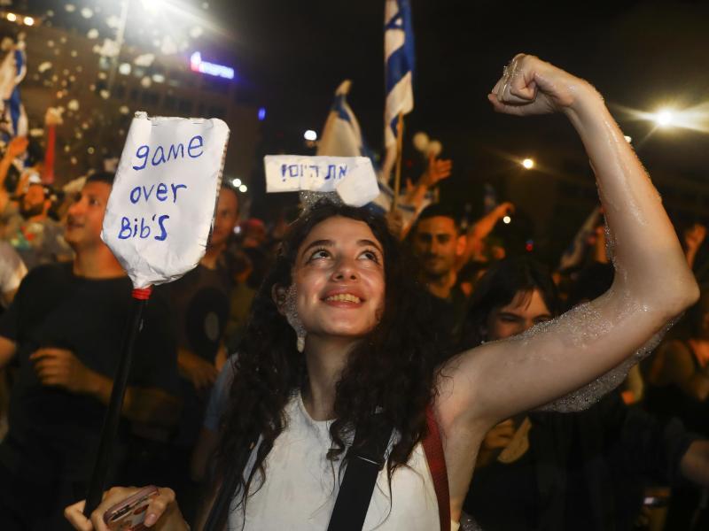 Israelis feiern die Vereidigung der neuen Regierung. Eine knappe Mehrheit der Abgeordneten im israelischen Parlament hat für die neue Regierung gestimmt. Foto: Oded Balilty/AP/dpa