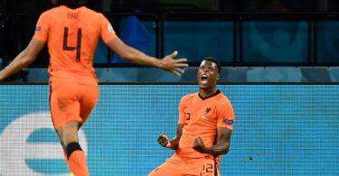 Denzel Dumfries (r) von den Niederlanden feiert das 3:2. Foto: John Thys/Pool AFP/AP/dpa