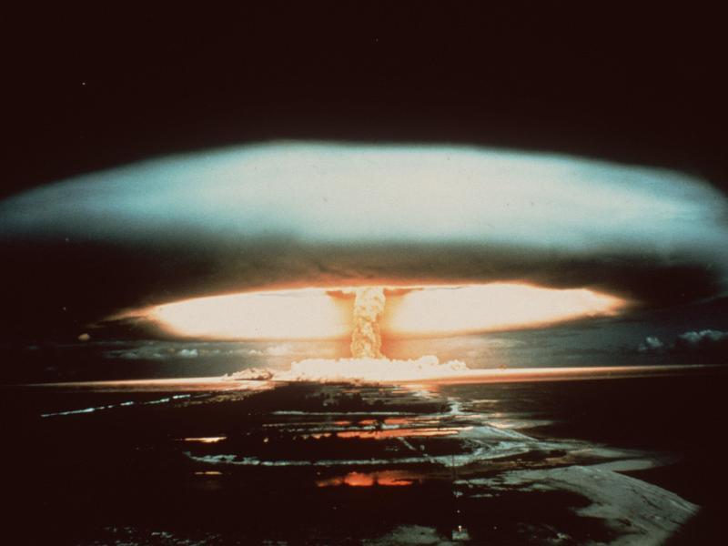 1970: Nach der Explosion einer französischen Atombombe schwebt ein riesiger Atompilz über dem Mururoa-Atoll. Foto: -/dpa