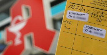 Zweifach gegen Corona geimpfte Bürger können sich in einzelnen Apotheken einen digitalen Impfnachweis ausstellen lassen. Foto: Jörg Carstensen/dpa