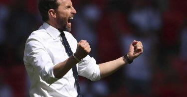 Englands Nationaltrainer Gareth Southgate jubelt nach dem Auftaktsieg. Foto: Laurence Griffiths/Pool Getty/AP/dpa