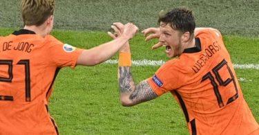 Gefeierte Niederländer beim Sieg gegen die Ukraine:Wout Weghorst (r). Foto: Olaf Kraak/EPA Pool/AP/dpa
