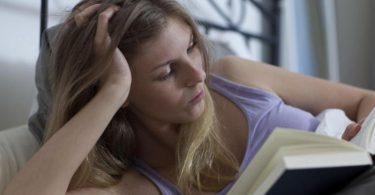 Lesen hilft vielen Menschen beim Einschlafen. Foto: Christin Klose/dpa-tmn