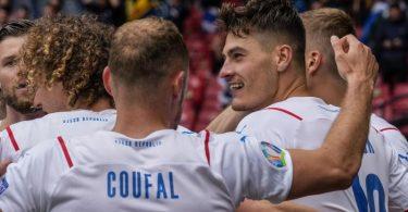 Tschechien um Doppeltorschütze Patrik Schick (r) gewann in Glasgow gegen Schottland. Foto: Petr David Josek/POOL AP/dpa