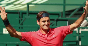 Roger Federer winkt in Halle nach seinem Sieg und Einzug in die zweite Runde. Foto: Friso Gentsch/dpa