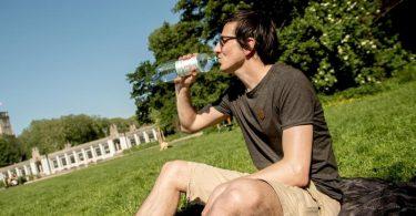 Lieber ein Schluck mehr aus der Pulle nehmen als einen zu wenig, so lautet die Devise an heißen Tagen. Foto: Zacharie Scheurer/dpa-tmn