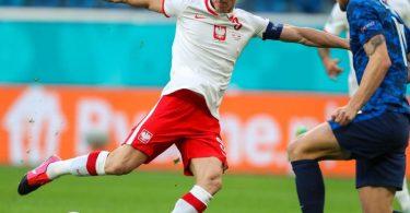 Die Polen um Weltfußballer Robert Lewandowski (l) taten sich schwer. Foto: Igor Russak/dpa