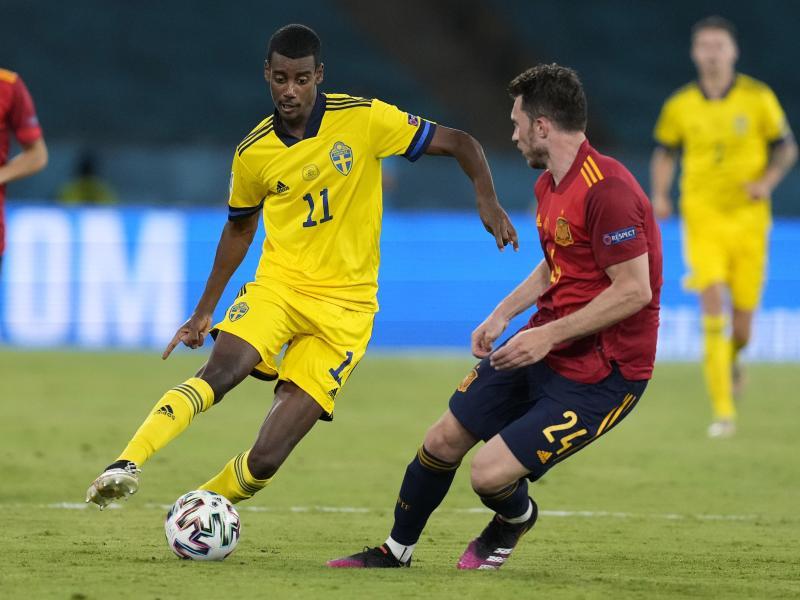 Schwedens Alexander Isak (l) kämpft mit Spaniens Aymeric Laporte (r) um den Ball. Foto: Thanassis Stavrakis/AP Pool/dpa