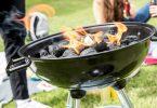Auf Spiritus oder Alkohol als Brandbeschleuniger sollte man beim Grillen verzichten. Foto: Christin Klose/dpa-tmn