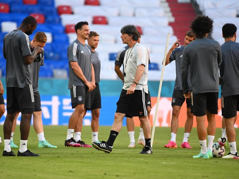 Bundestrainer Joachim Löw (M.) will mit der deutschen Nationalmannschaft gut in die EM starten. Foto: Federico Gambarini/dpa
