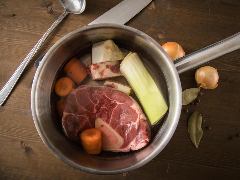 Knochenstücke vom Rind werden über viele Stunden knapp unter dem Siedepunkt ausgekocht. Wer mag, gibt frisches Gemüse dazu. Foto: Christin Klose/dpa-tmn