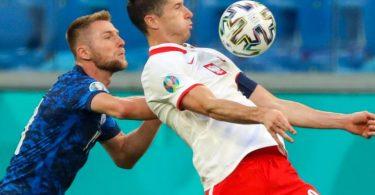 Startete mit Polen mit einer Pleite in die EM: Robert Lewandowski (r). Foto: Igor Russak/dpa