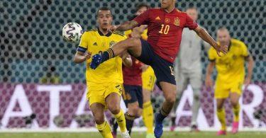 Schwedens Kristoffer Olsson (l) und Spaniens Thiago teilten sich mit ihren Teams die Punkte. Foto: Thanassis Stavrakis/AP Pool/dpa