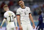 Untröstlich: Mats Hummels traf gegen Frankreich ins eigene Tor. Foto: Matthias Hangst/Getty Pool/AP/dpa