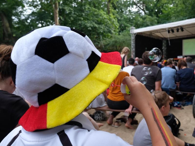Es ist Europameisterschaft und nicht nur die Temperaturen steigen, auch die UV-Strahlung nimmt zu. Besonders die Spiele am Nachmittag sind für den Kreislauf gefährlich. Foto: Sebastian Willnow/Archiv/dpa-Zentralbild/dpa