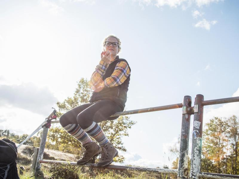 Zum Schutz vor Zecken darf man die Socken guten Gewissens über die Hosenbeine ziehen. Foto: Christin Klose/dpa-tmn