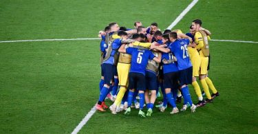 Die italienischen Spieler feiern nach Abpfiff den 3:0-Sieg. Foto: Riccardo Antimiani/EPA Pool/AP/dpa