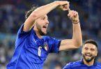 Italiens Manuel Locatelli (l) freut sich über seinen Treffer. Foto: Alfredo Falcone/LaPresse/AP/dpa