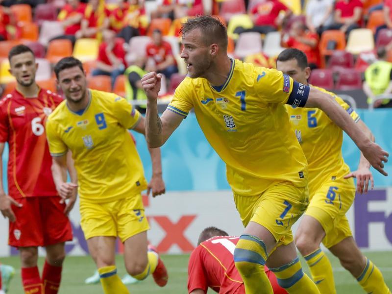 Ukraine-Stürmer Andrej Jarmolenko (r) jubelt über sein Tor zum 1:0 gegen Nordmazedonien. Foto: Robert Ghement/Pool EPA/AP/dpa