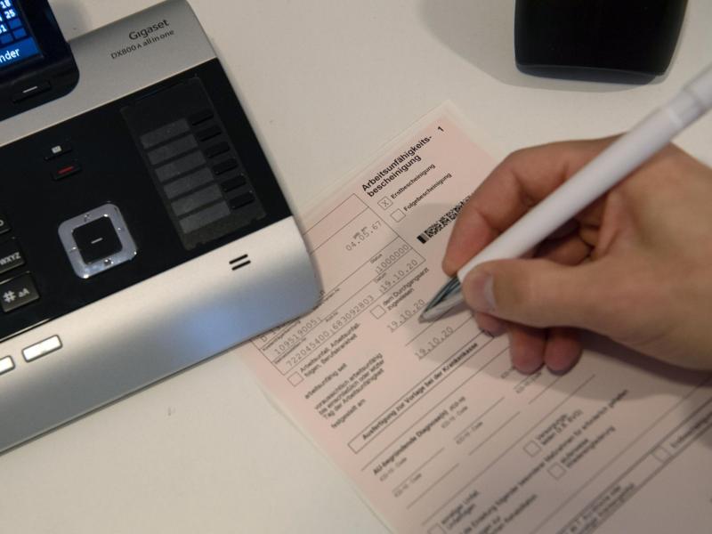 Patienten mit Erkältungsbeschwerden können sich bundesweit telefonisch eine Krankschreibung besorgen. Foto: Paul Zinken/dpa-Zentralbild/dpa