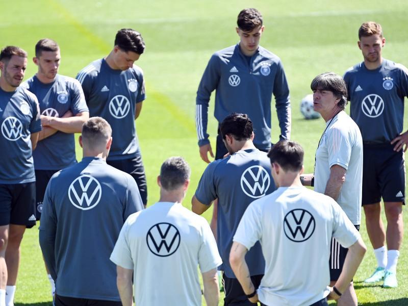 Bundestrainer Joachim Löw (2.v.r) wird wohl nichts radikal ändern. Foto: Federico Gambarini/dpa