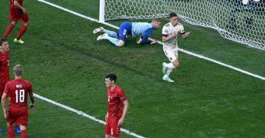 Der Belgier Thorgan Hazard (r) erzielt den zwischenzeitlichen Treffer zum 1:1. Foto: Dirk Waem/BELGA/dpa