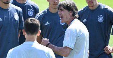 Bundestrainer Joachim Löw (2.v.r.) machte das DFB-Team heiß auf das zweite EM-Spiel. Foto: Federico Gambarini/dpa