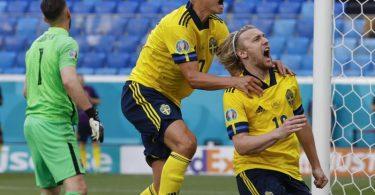 Emil Forsberg (r) erzielte für die Schweden das Tor des Tages. Foto: Anatoly Maltsev/EPA Pool/AP/dpa