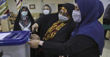 Wahlhelferinnen öffnen eine Wahlurne in einem Wahllokal in Teheran. Die Präsidentenwahl im Iran ist nach 19 Stunden beendet. Foto: Vahid Salemi/AP/dpa
